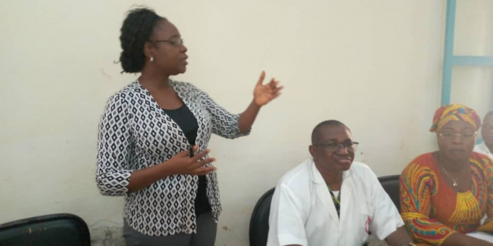Le Docteur NANA W. Félicité, Directrice de la Qualité des Soins et de la Sécurité des Patients, restituant le test des normes de qualité au CNAOB (C) APEFE