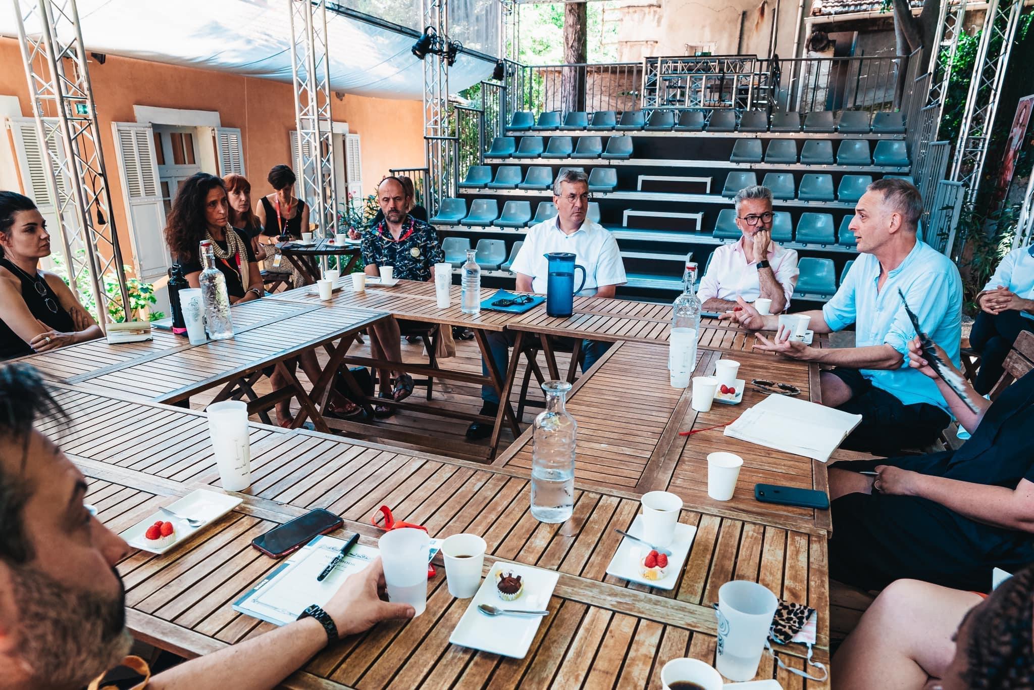 La rencontre du Ministre-Président Pierre-Yves Jeholet avec les artistes de Wallonie-Bruxelles au Théâtre des Doms ©️ J. Van Belle - WBI