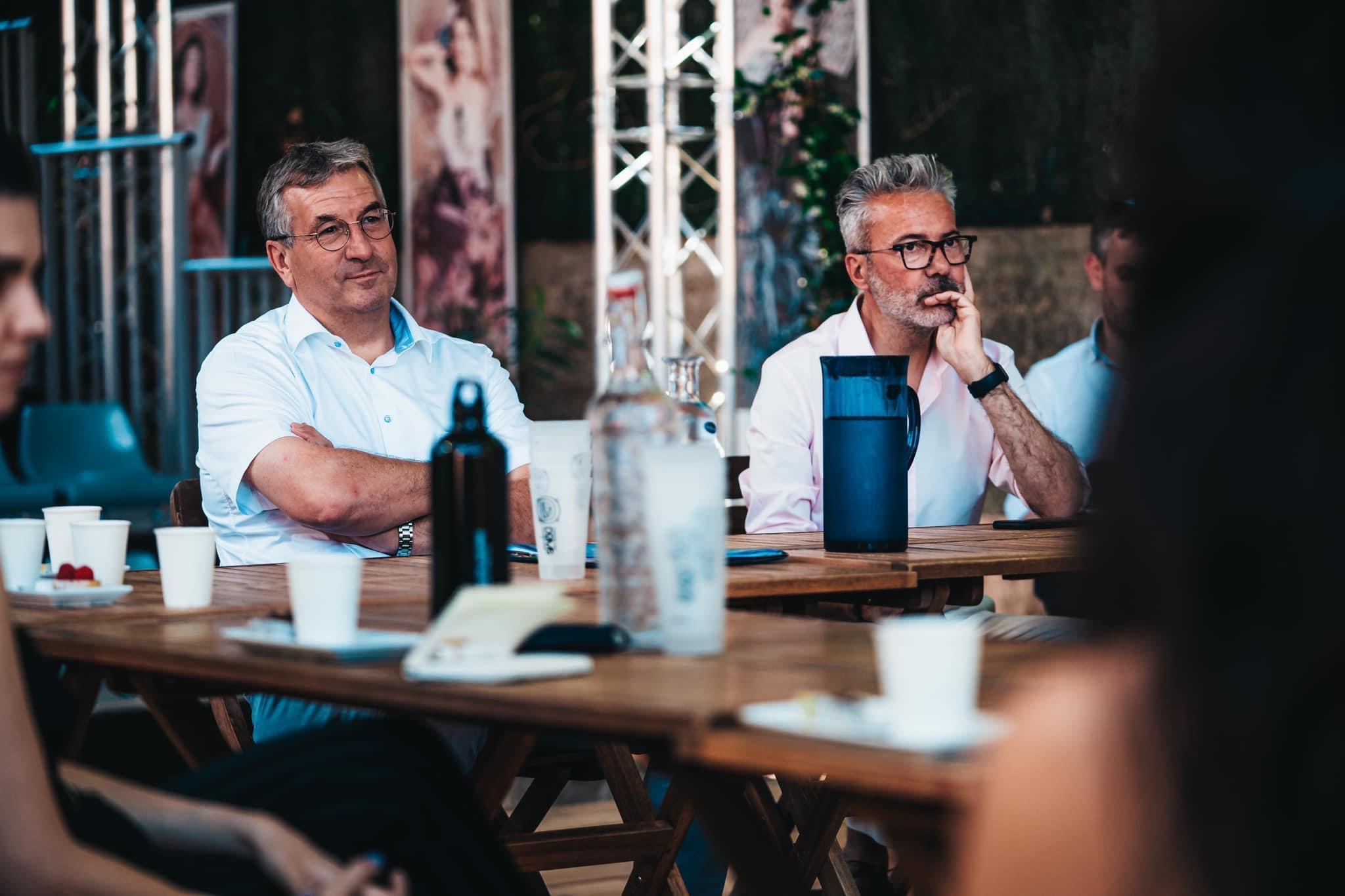 Pierre-Yves Jeholet, Ministre-Président de la Fédération Wallonie-Bruxelles, et Alain Cofino Gomez, Directeur du Théâtre des Doms ©️ J. Van Belle - WBI