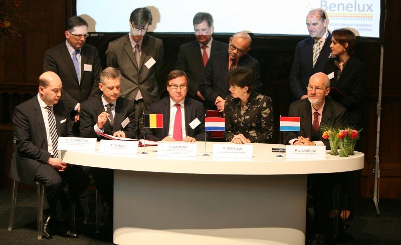 Séance de signature : le Délégué Marc Clairbois (à gauche)