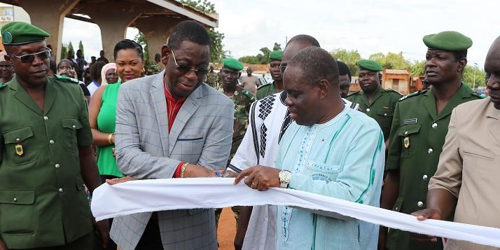 Inauguration de la Foire de l'Arbre par le Ministre de l'Environnement du Burkina Faso à travers la coupure du ruban.jpg