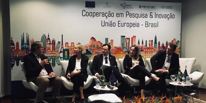 Julie Dumont animant une rencontre entre représentants européens et brésiliens de la recherche et de l'innovation