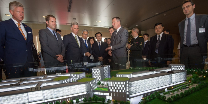 Présentation de la maquette lors d'une mission en Chine avec le Roi Philippe, le Ministre De Crem, le Ministre-Président Magnette, le Ministre Reynders et Vincent Blondel, recteur de l'UCL