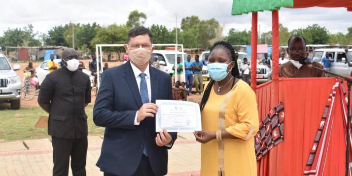 Remise d'une attestation de reconnaissance à l'APEFE par la Ministre Délégué à l'Aménagement du Territoire (C) APEFE
