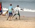 Enfants jouant au football sur la plage de Popenguine - Sénégal