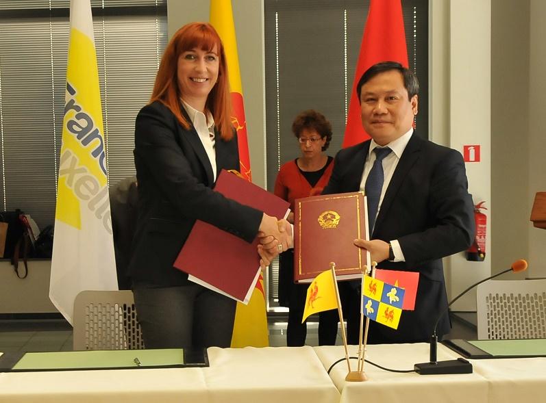 Signature à Bruxelles du programme 2019-2021 entre Mme Pascale Delcomminette, Administratrice générale de WBI et Mr VU Dai Thang, Vice-Ministre du Plan et de l'Investissement