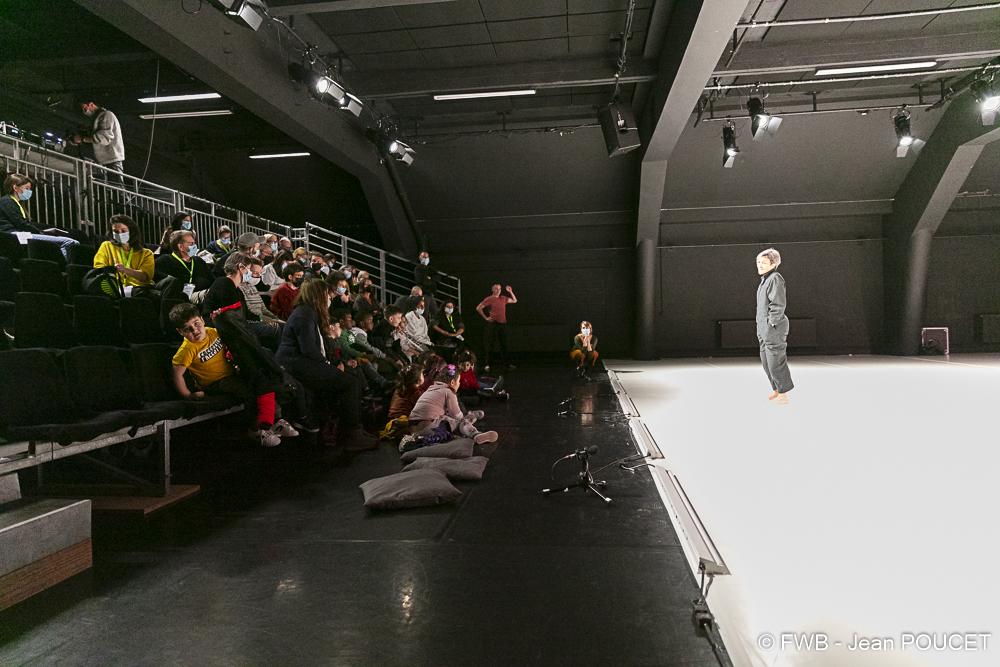 Olga de Soto discutant avec les enfants après son spectacle (c) Jean Poucet - FWB
