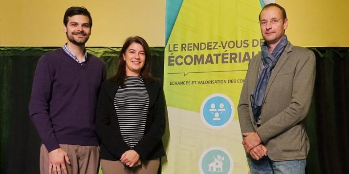 La signature de l'entente de partenariat a eu lieu lors du Rendez-vous des écomatériaux d'Asbestos : Frédéric Marcotte, directeur général de la MRC des Sources, organisatrice de l'événement, et Hervé-Jacques Poskin, directeur du Cluster Éco-Construction de Wallonie, entourent Claire Sirois, directrice du Créneau Écoconstruction du Bas-Saint-Laurent  - cliquer pour agrandir