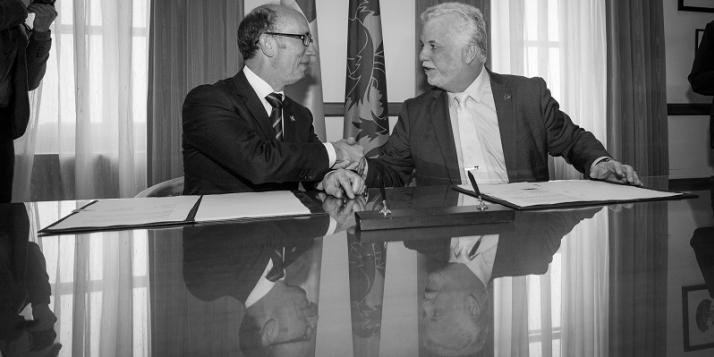 Rudy Demotte, Ministre-Président de la Communauté française de Belgique, et Philippe Couillard, Premier ministre du Québec, lors de la signature de l'Entente - cliquer pour agrandir