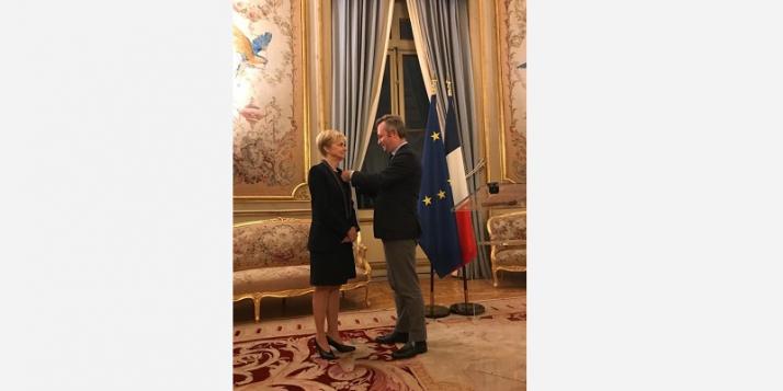 Fabienne Reuter reçoit la Légion d'honneur des mains du Secrétaire d'Etat à l'Europe et aux Affaires étrangères, Jean-Baptiste Lemoyne  - cliquer pour agrandir