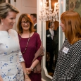 S.A.R. la Reine Mathilde échange quelques mots avec P. Delcomminette, Administratrice générale de WBI, lors du déjeuner avec les auteurs belges francophones - cliquer pour agrandir