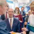 S.A.R. la Reine Mathilde visite les stands des éditeurs belges francophones en compagnie du Ministre-Président R. Demotte - cliquer pour agrandir
