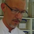 Rudy Fourmy, fondateur d'Alphabiotoxine, en pleine traite de venin sur Vipère du Gabon (Bitis gabonica) – Afrique de l'est (c) C. Vanbellingen – Alphabiotoxine Laboratory. - cliquer pour agrandir
